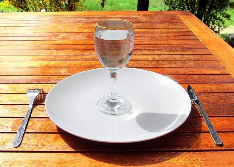 tanier pribor a pohar s vodou